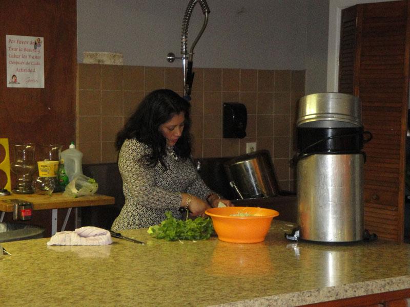 Hermanas que ayudan en la cocina